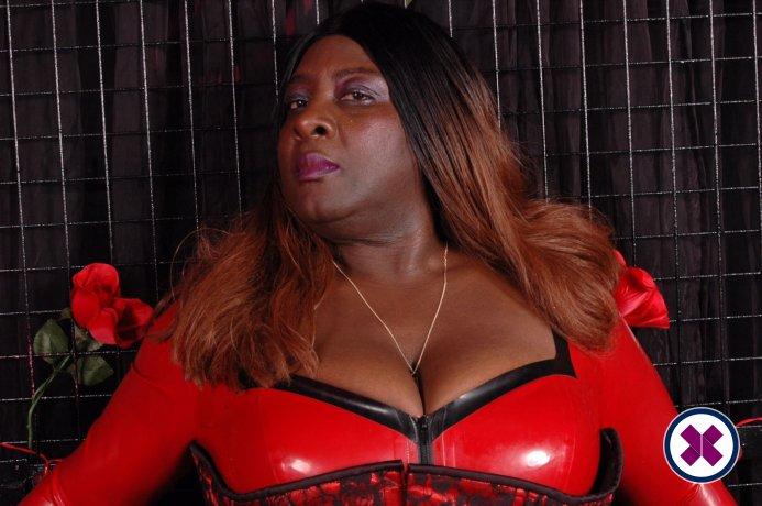 Madame Darkness ist eine der beliebtesten Masseusen in Camden. Rufen Sie sie an und buchen Sie ein Treffen.